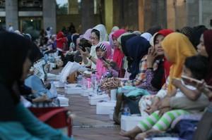 Mereka telah menyiapkan makanan sejak pagi hari dan diletakkan di masjid pukul 15.00. Selain itu, Masjid Istiqlal juga membuka penerimaan makanan buka puasa dari bantuan lain.