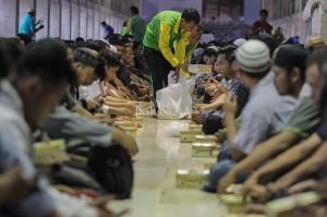 Dalam pembagian makanan, pihak masjid bekerja sama dengan petugas keamanan ikut menertibkan agar tidak terjadi kerusuhan.