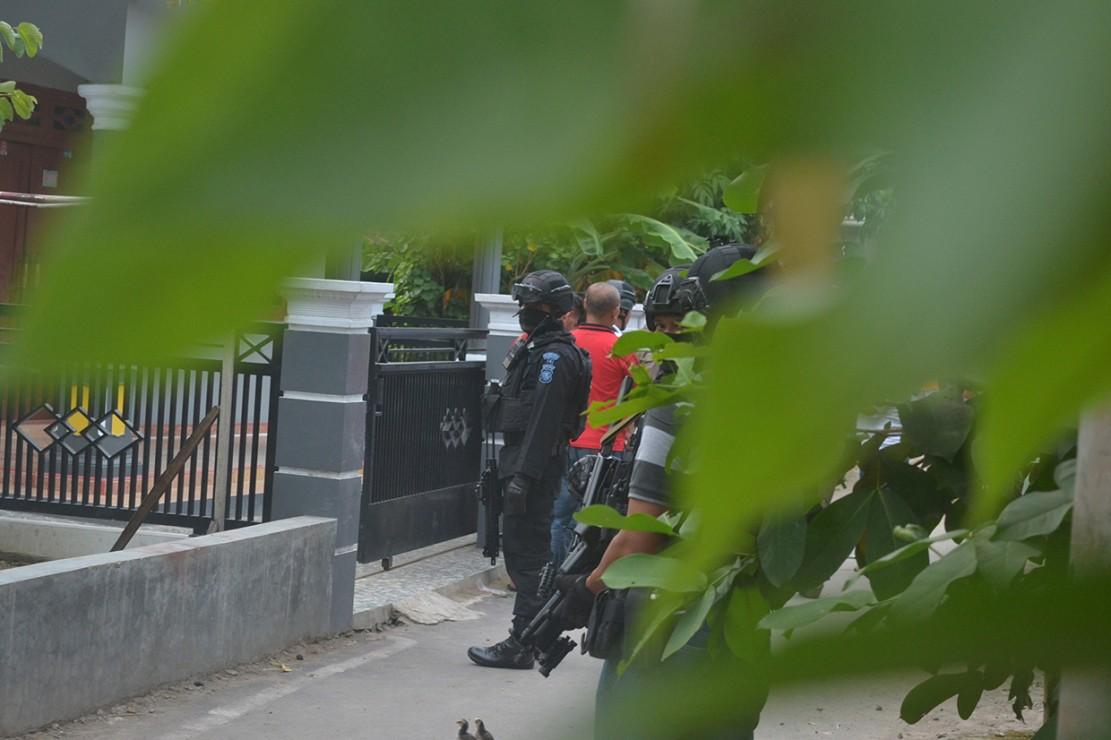 Polda Jawa Barat bersama Densus 88 menangkap dua terduga teroris di Desa Jemaras Kidul, Kecamatan Klangenan, Kabupaten Cirebon, Jawa Barat.