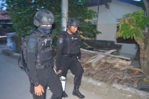 Polisi pun melakukan penggeledahan di rumah kontrakan terduga teroris dan mengamankan sejumlah barang bukti.
