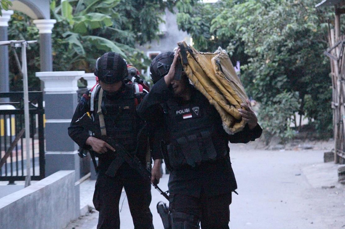 Selanjutnya, kata Agung, para terduga dan barang bukti langsung dibawa ke Jakarta untuk dilakukan pemeriksaan selanjutnya. Penggeledahan ini dilakukan untuk menjamin keamanan masyarakat.