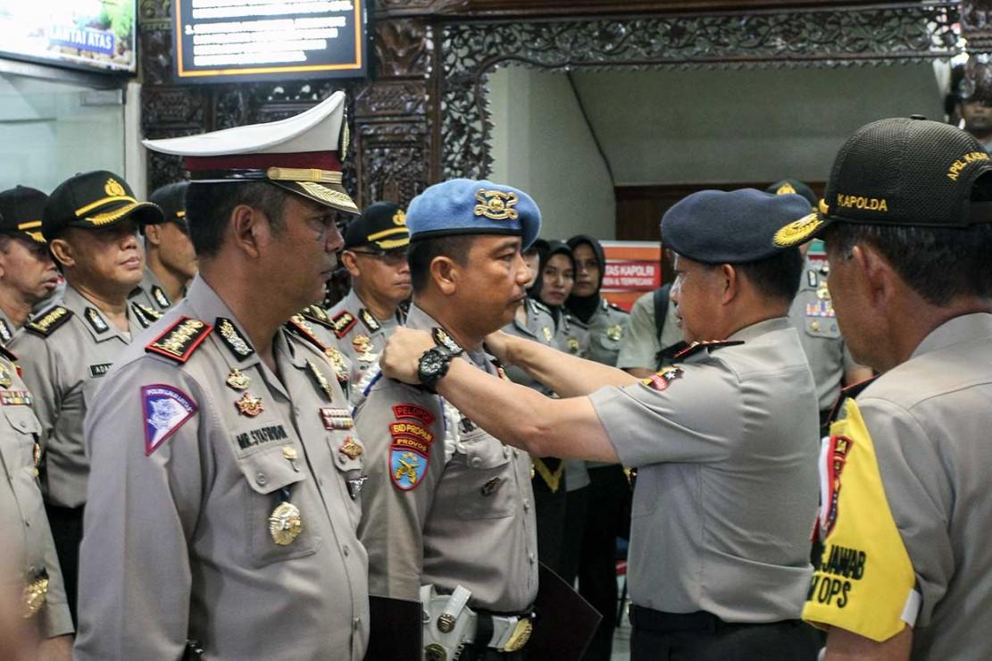 Tembak Mati Teroris, 2 Polisi Terima Kenaikan Pangkat