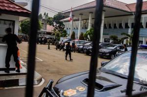 Petugas gabungan Polri dan TNI berjaga-jaga saat sidang tuntutan terhadap terdakwa kasus terorisme Aman Abdurrahman alias Oman Rochman alias Abu Sulaiman bin Ade Sudarma di PN Jakarta Selatan, Jakarta, Jumat, 18 Mei 2018. ANTARA/Galih Pradipta
