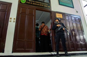 Sebanyak 152 personel kepolisian dan 30 personel TNI mengamankan sidang dengan agenda tuntutan terhadap Ketua JAD Indonesia tersebut. ANTARA/Galih Pradipta