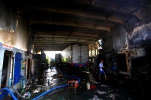 Proses evakuasi muatan KMP Labitra Adinda yang terbakar pada Kamis, 17 Mei 2018 itu, terkendala banyaknya air yang masuk ke dalam kapal sehingga menunggu proses penyedotan selesai.