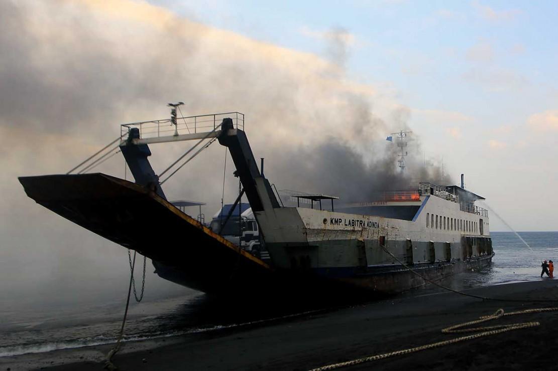Muatan Kapal Terbakar Belum Dievakuasi