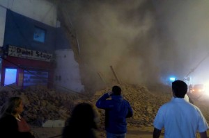 Sebuah bioskop tua yang tengah dalam proses renovasi di Kota Tucuman, Argentina, runtuh, Rabu, 23 Mei 2018 waktu setempat.