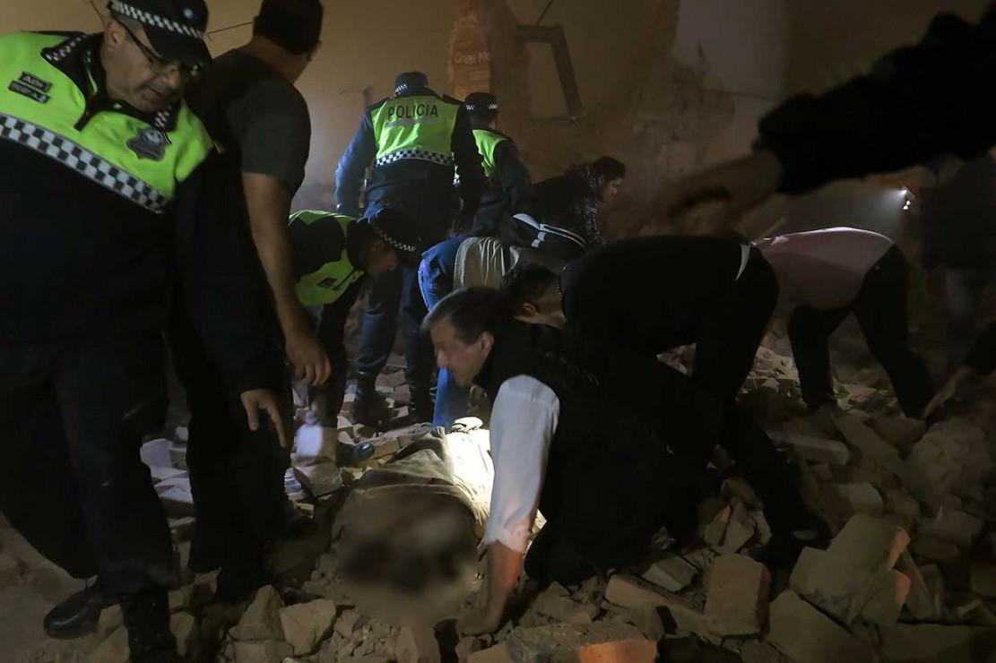 Setidaknya satu orang ditemukan tewas dan beberapa lainnya luka-luka ketika sebuah gedung bioskop tua yang sedang direnovasi runtuh di daerah pusat Kota Tucuman, Argentina.