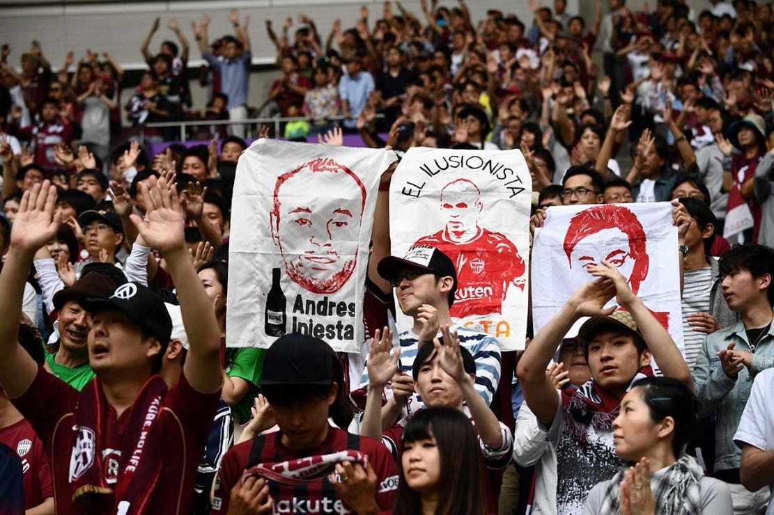 Sekitar 4.000 penggemar menyambut kehadiran bintang asal Spanyol tersebut. Mereka mengelu-elukan Iniesta sembari membawa poster bergambar pemain 34 tahun tersebut.