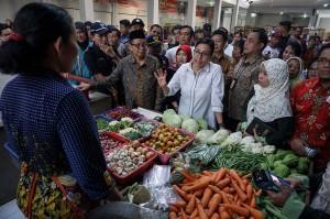 Menteri Keuangan Sri Mulyani (tengah) berdialog dengan pedagang saat mengunjungi Pasar Telukan di Sukoharjo, Jawa Tengah, Sabtu, 26 Mei 2018.