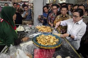 Kunjungan tersebut untuk berdialog dengan pedagang pasar tradisional terkait penerapan program bantuan pembiayaan yang dianggarkan pemerintah bagi para pelaku usaha kecil atau pembiayaan ultra mikro (UMi).