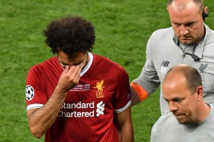 Salah menangis saat keluar dari lapangan di menit ke-31. AFP/SERGEI SUPINSKY