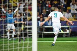 Madrid membuka keunggulan di menit ke-51 lewat gol Karim Benzema, memanfaatkan blunder fatal Loris Karius. Lemparannya diserobot Benzema yang berdiri tepat di depannya. AFP/FRANCK FIFE
