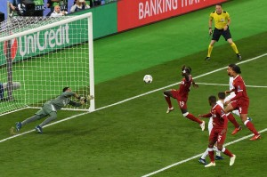 Empat menit kemudian, Liverpool menyamakan kedudukan lewat Sadio Mane. Mane mencetak gol memanfaatkan bola hasil sepak pojok. AFP/SERGEI SUPINSKY