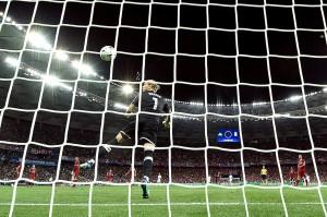 Sebuah kesalahan dari Karius lagi-lagi menghukum Liverpool. Dia gagal mengantisipasi dengan baik tendangan jarak jauh Bale, sehingga bola tergelincir dari tangannya dan masuk ke gawang.