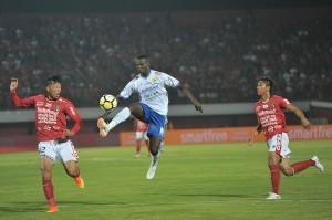 Persib Bandung bermain imbang 0-0 lawan Bali United di Stadion Kapten I Wayan Dipta pada laga pekan ke-11 Gojek Liga 1 bersama Bukalapak.