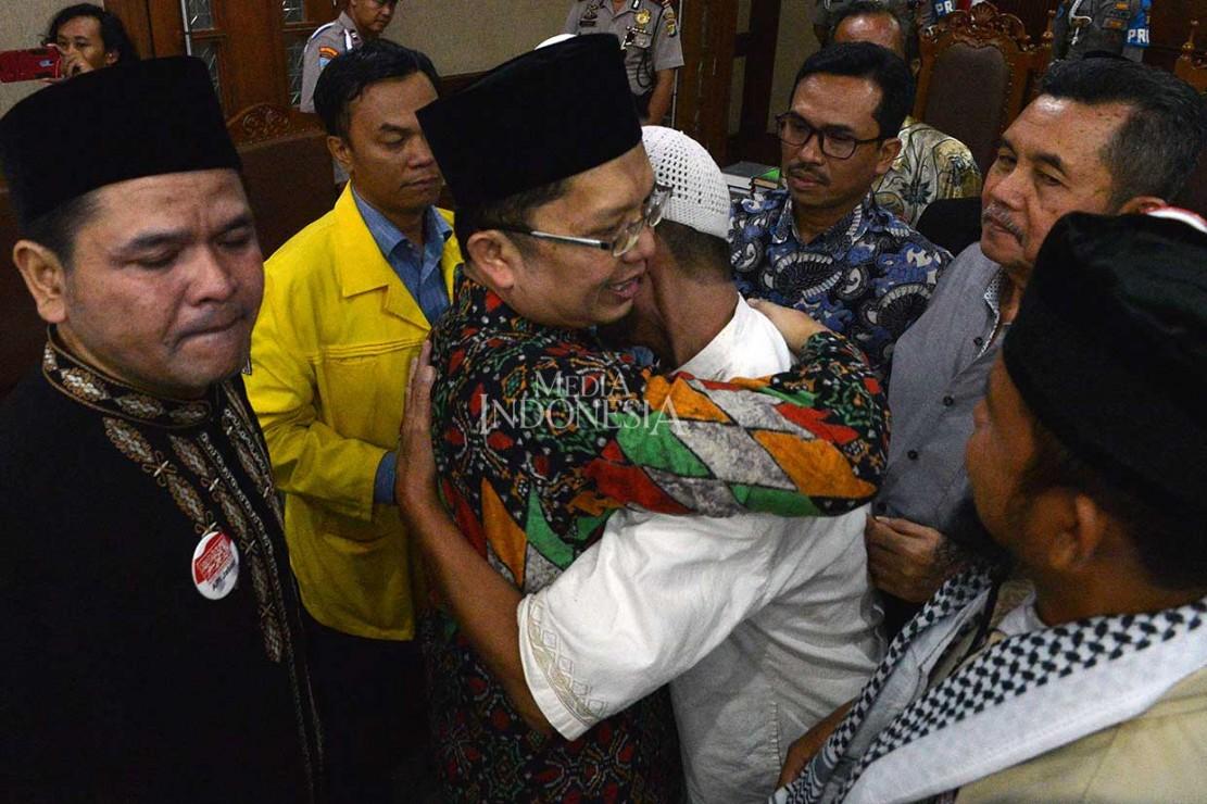 Para pengunjung kemudian menyalami dan memeluk Alfian Tanjung yang didampingi pula oleh keluarga, termasuk anak-anaknya.