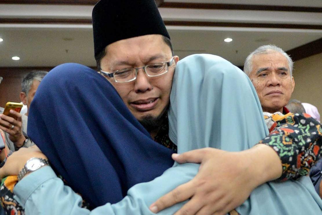Alfian Tanjung menangis haru saat memeluk keluarganya.