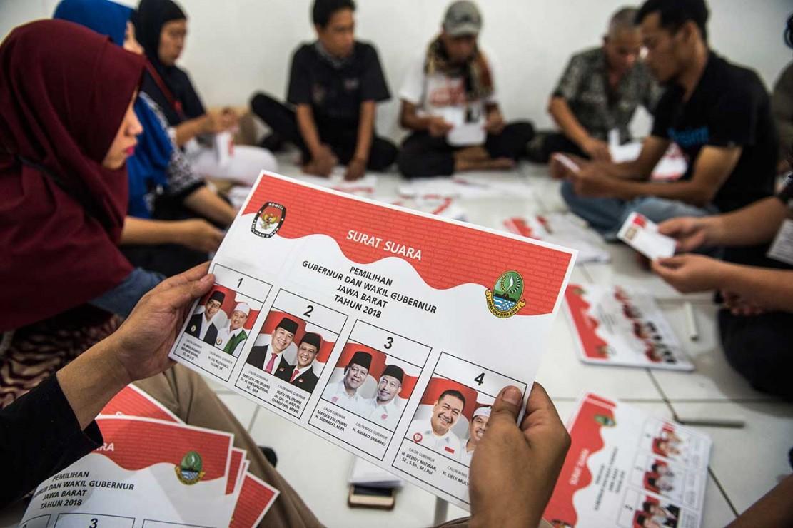 KPU Kota Bandung Lipat Surat Suara Pilgub Jabar