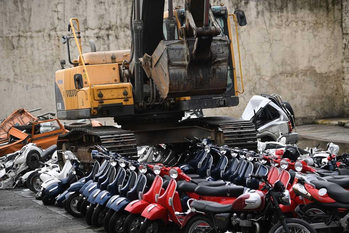 Petugas dibantu alat berat menghancurkan ratusan kendaraan selundupan di kantor Bea Cukai Filipina, di Manila, Rabu, 30 Mei 2018. Penghancuran tersebut sebagai upaya untuk memerangi korupsi di Bea Cukai.