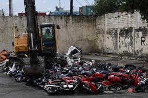 Sebanyak 122 kendaraan yang terdiri dari 116 sepeda motor dan enam mobil senilai 37,41 juta peso (sekitar Rp10 miliar) dihancurkan dengan cara dilindas alat berat. Kendaraan yang dihancurkan tersebut terdiri dari 122 vespa, motor BMW bekas, Harley Davidson, dua motor Triump, dan enam mobil mewah.
