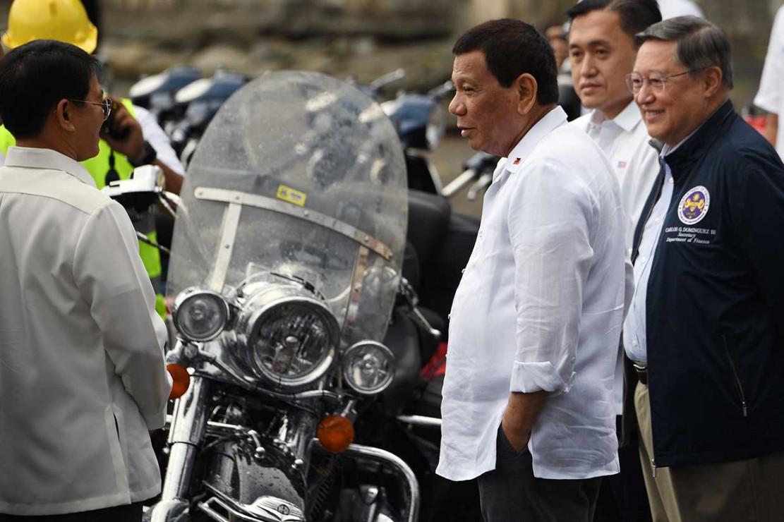 Presiden Rodrigo Duterte dan pejabat pemerintah lainnya turut menyaksikan penghancuran kendaraan selundupan tersebut.