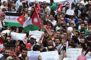 Ribuan warga Yordania turun ke jalan-jalan di Amman, memprotes rancangan undang-undang pajak penghasilan baru yang disetujui oleh pemerintah dan dikirim ke parlemen untuk pengesahan.