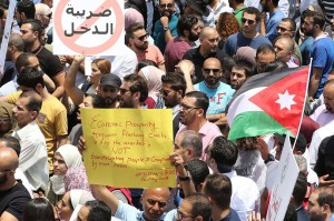 Sambil memegang bendera dan spanduk berisi kecaman peraturan pajak penghasilan itu, peserta mogok menuntut pengunduran diri Perdana Menteri Hani Mulki dan pembubaran Majelis Rendah. Sementara itu, rumah sakit, perusahaan farmasi, toko dan instalasi lain di Amman ditutup sementara sebagai bagian dari protes tersebut.