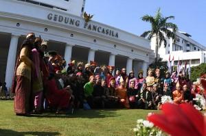 Sejumlah mahasiswa berbusana tradisional berfoto bersama seusai mengikuti upacara Hari Lahir Pancasila di depan Gedung Pancasila, Kementerian Luar Negeri, Jakarta.