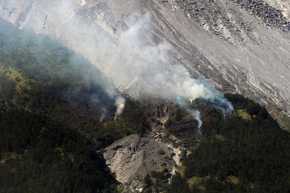 Lontaran Material Vulkanis Bakar Hutan Lereng Merapi