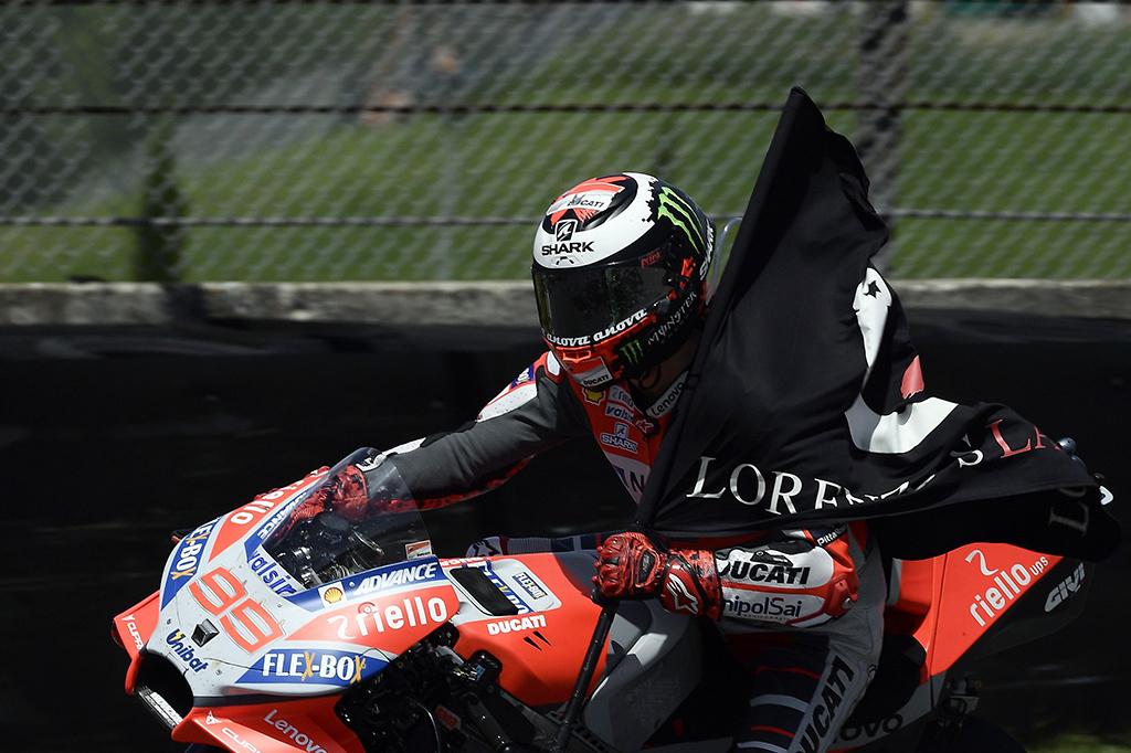 Lorenzo melahap 23 lap dalam waktu 41 menit 43,230 detik. Dia unggul sekitar enam detik dari pesaing terdekat Andrea Dovizioso dan Valentino Rossi.