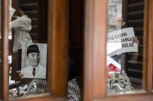 Sejumlah penari yang tergabung dalam Kelompok Anak Rakyat menari di Gedung Indonesia Menggugat (GIM), Bandung, Jawa Barat.