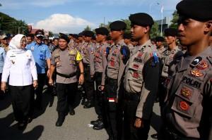 Kapolda Sulbar Brigjen Baharuddin Djafar (kedua kiri) didampingi Wakil Gubernur Sulbar Enny Anggraeny Anwar (kiri) melakukan pemeriksaan pasukan saat apel Operasi Ketupat, di Mamuju. Polri, TNI dan Pemerintah Sulbar menurunkan 1.618 personil dalam Operasi Ketupat 2018.