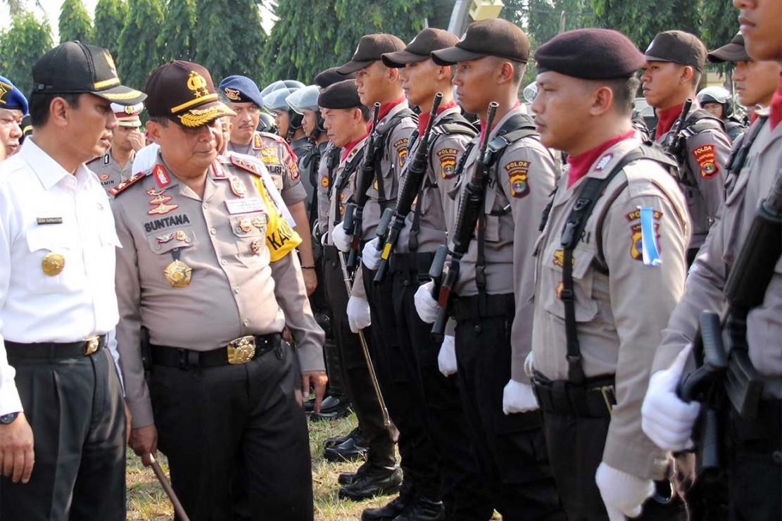 Kapolda Lampung Irjen Suntana (kedua kiri) bersama Pelaksana Tugas Gubernur Lampung Didik Suprayitno memeriksa pasukan dan kendaraan dinas saat Apel Gelar Pasukan Operasi Ketupat Krakatau 2018 di lapangan Korpri Provinsi Lampung. Operasi Ketupat Krakatau 2018 melibatkan 173.397 personel gabungan TNI-Polri dan Dinas Perhubungan.