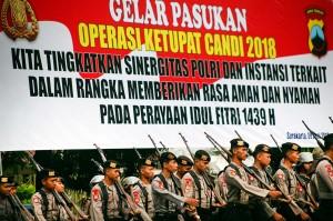 Personel polisi mengikuti Gelar Pasukan Operasi Ketupat Candi 2018 di kawasan Stadion Manahan, Solo, Jawa tengah.