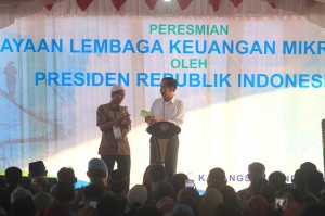 Presiden Jokowi mengatakan bahwa bunga pinjaman bank mikro nelayan seharusnya bisa diturunkan dari 7 persen menjadi 3 persen saja. Hal itu disambut gembira oleh warga.