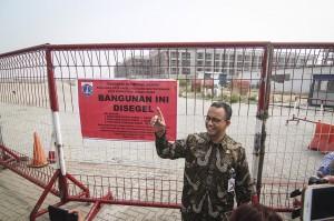 Gubernur DKI Jakarta Anies Baswedan meninjau penyegelan di Pulau D reklamasi Teluk Jakarta, Jakarta.