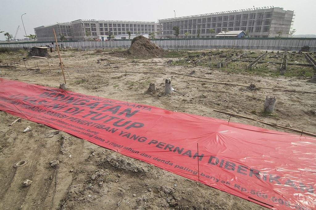 Spanduk penyegelan terpasang di lahan pembangunan pulau reklamasi Teluk Jakarta, Jakarta.
