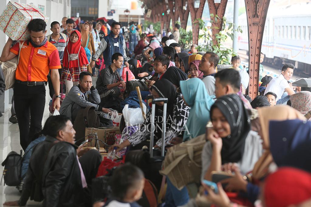 Sejumlah pemudik memadati Stasiun Pasar Senen, Jakarta.