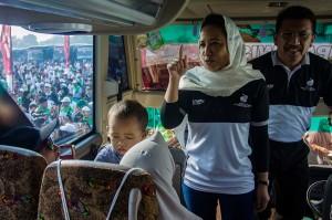 Menteri BUMN Rini Soemarno didampingi Direktur Utama Jasa Raharja sekaligus Ketua Satuan Tugas Mudik Gratis 2018 Budi Rahardjo berbincang dengan pemudik sebelum acara pelepasan 'Mudik Bareng BUMN 2018 di Pantai Karnaval Ancol, Jakarta.