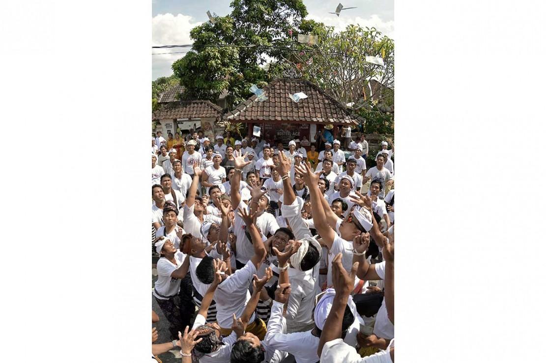 Tradisi Mesuryak Warnai Kuningan di Tabanan