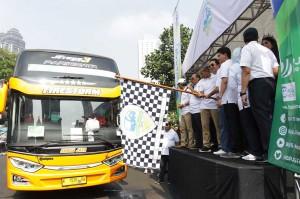 Wakil Gubernur DKI Jakarta, Sandiaga Uno (kiri) didampingi Direktur Kepesertaan BPJS Ketenagakerjaan E. Ilyas Lubis (kanan) melepas bus saat 'Mudik Bersama BPJS Ketenagakerjaan' di halaman Polda Metro Jaya, Jakarta, Sabtu, 9 Juni 2018.