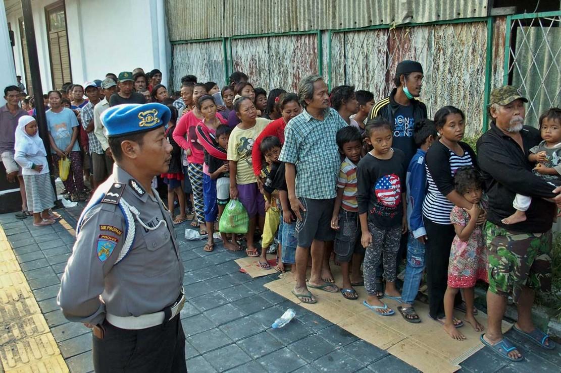 Ratusan Warga Antre Pembagian Zakat di Semarang