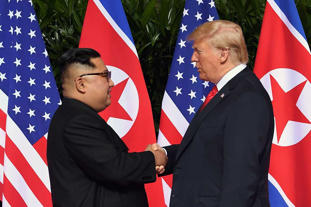 Trump dan Kim Jong Un membuat sejarah setelah menjadi pemimpin Amerika Serikat dan Korea Utara yang bertemu dan berjabat tangan. Keduanya saling melempar senyum.