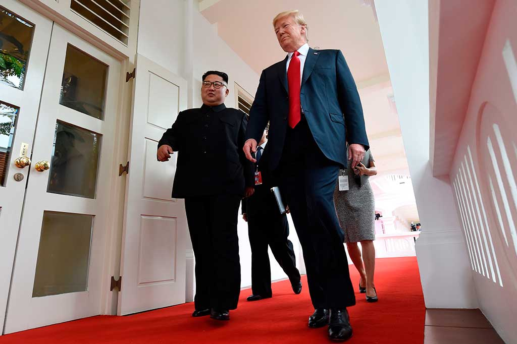 Jabat Tangan Bersejarah Trump-Kim Jong Un