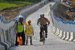 Royke mengayuh sepeda dari titik awal pendakian hingga overpass Susukan dengan jarak tempuh sekitar 300 meter. Dia pun sukses menaklukkan tanjakan tersebut.