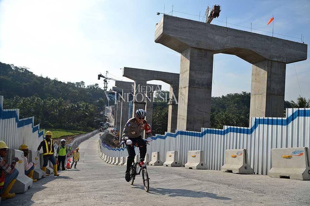 Kakorlantas Libas Tanjakan Kali Kenteng dengan Sepeda Lipat