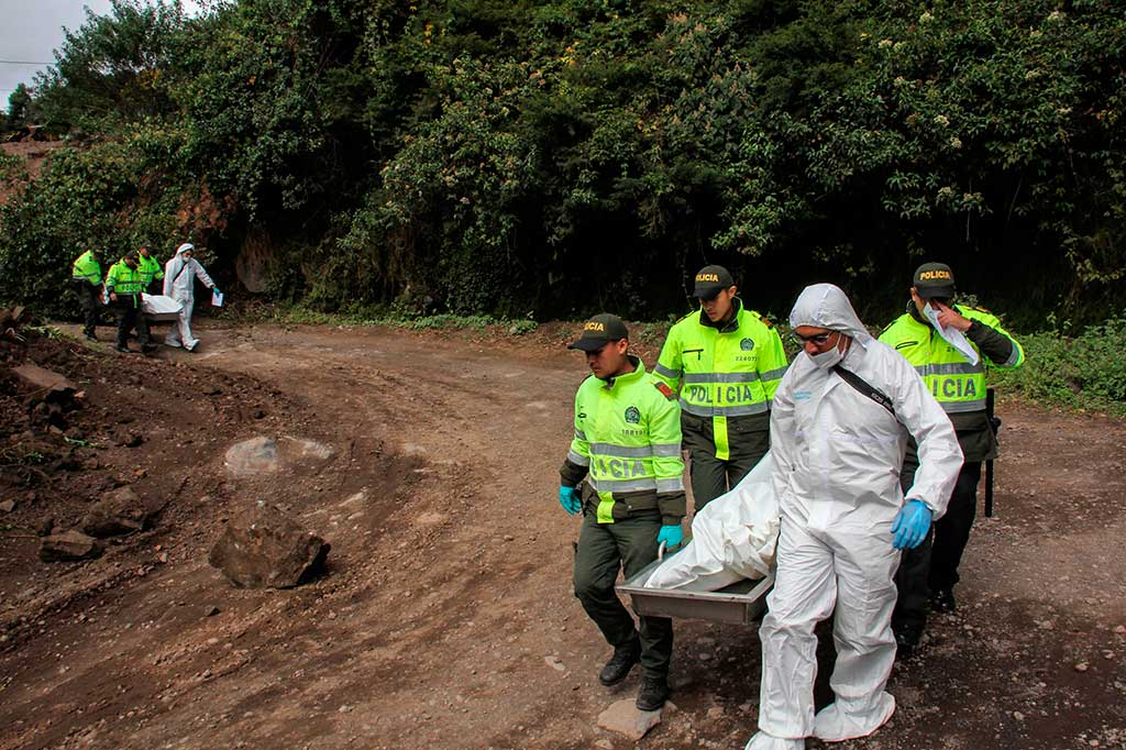 Polisi Kolombia mengevakuasi dua jenazah korban gempa bumi  di Briceno, Departemen Narino, Kolombia, Selasa, 12 Juni 2018 waktu setempat.