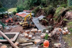 Gempa dangkal yang berkekuatan 4,3 SR mengguncang wilayah pegunungan Gunung Berapi Galeras di Kolombia barat daya mengakibatkan dua orang tewas dan beberapa rumah terkena dampak.