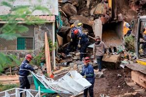 Petugas berupaya mencari kemungkinan adanya korban lain setelah gempa bumi mengguncang wilayah Briceno, Departemen Narino, Kolombia.